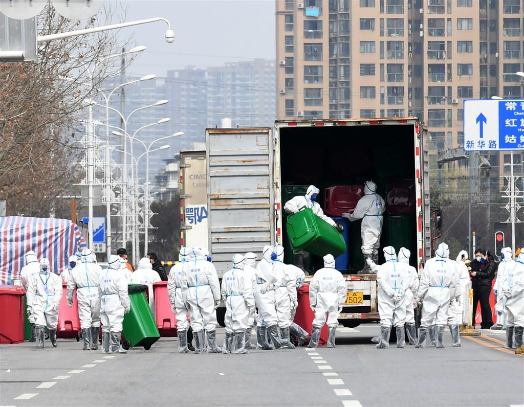 新型冠狀病毒的起源眾說紛紜,美國知名病毒學家布利連特呼籲中國,應保持「全然透明」。圖為武漢華南海鮮市場進行消毒。(中新社提供)
