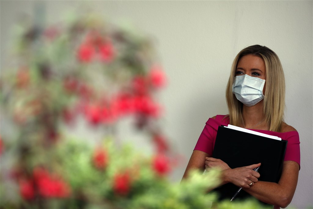白宮傳出武漢肺炎確診病例後,白宮發言人麥肯內尼(圖)等人11日戴著台灣製口罩出席在白宮玫瑰園召開的記者會。(美聯社)