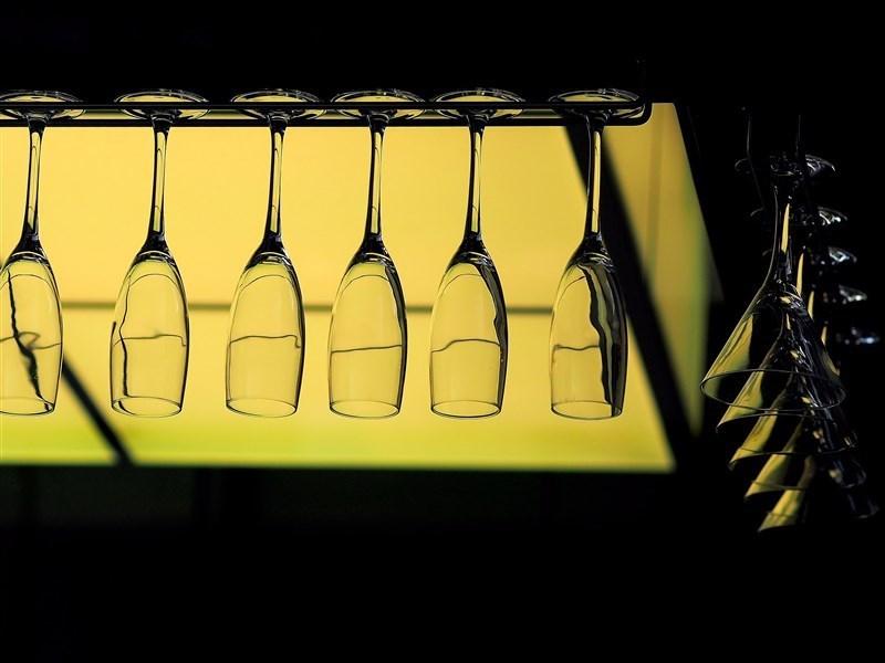 中央流行疫情指揮中心指揮官陳時中13日說,酒店、舞廳可有條件開放,包含做好管理、戴口罩或實名制,遵守規範就可解禁。(示意圖/圖取自Pixabay圖庫)