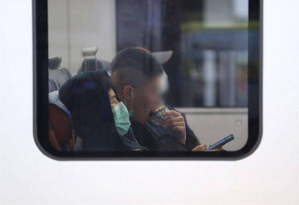 民眾目前搭乘大眾運輸工具除需戴口罩外,也禁止在車上用餐,交通部長林佳龍14日對此表示,目前仍規劃端午節前從嚴部署。中央社記者張皓安攝 109年4日