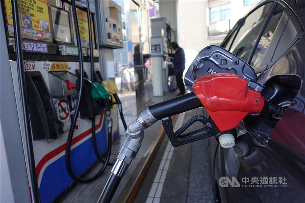 國際油價持續回升,根據中油浮動油價公式,估汽、柴油25日凌晨零時起將分別調漲新台幣1.3元、1.4元,92無鉛汽油重回20元以上水準,每公升20.4元。(中央社檔案照片)