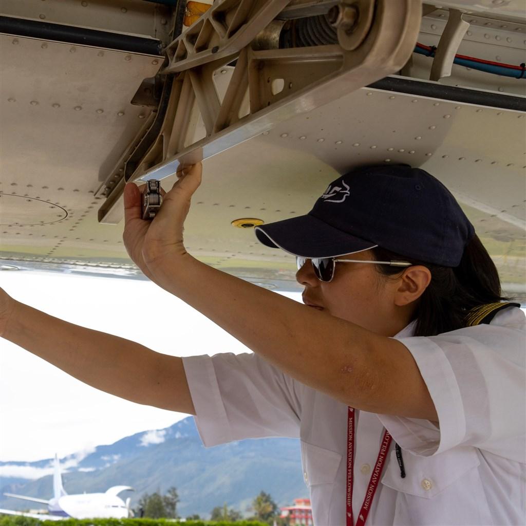 台裔美籍女機師林喬伊斯12日載送武漢肺炎防疫物資到印尼偏鄉,不幸墜機身亡,享年40歲。(圖取自facebook.com/maf.org)