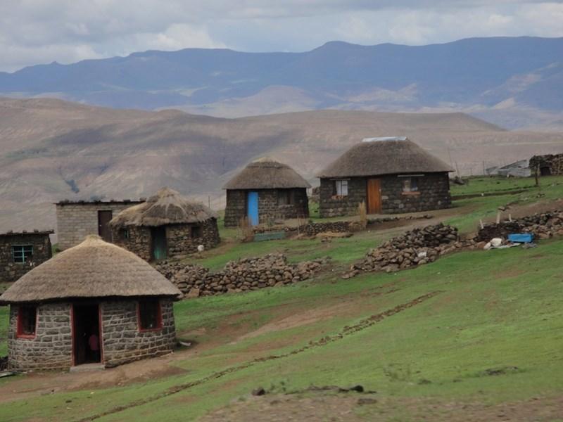 非洲南部山區小王國賴索托衛生部13日宣布,境內出現首起確診感染武漢肺炎病例。圖為賴索托村落。(圖取自維基共享資源,版權屬公有領域)