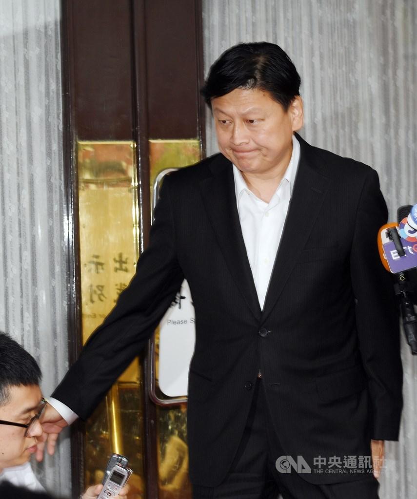 無黨籍立委傅崐萁炒股遭判刑定讞,需入獄服刑,他14日下午在立法院議場前發表談話,坦言遺憾但尊重法院裁定,並向支持者表達歉意,結束後隨即離去。中央社記者施宗暉攝 109年5月14日