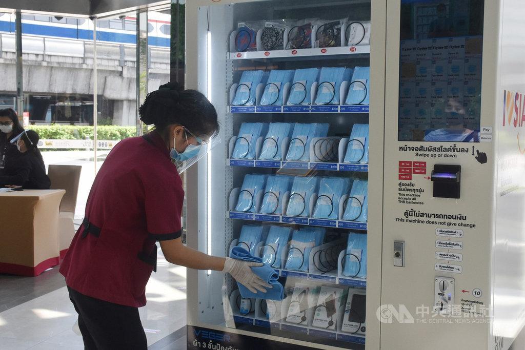 泰國武漢肺炎疫情趨於緩和,17日將進行第二波解禁,百貨公司將可以營業但營業時間稍微縮短。圖為百貨公司工作人員14日清潔口罩販賣機,為營業預作準備。中央社記者呂欣憓曼谷攝 109年5月15日