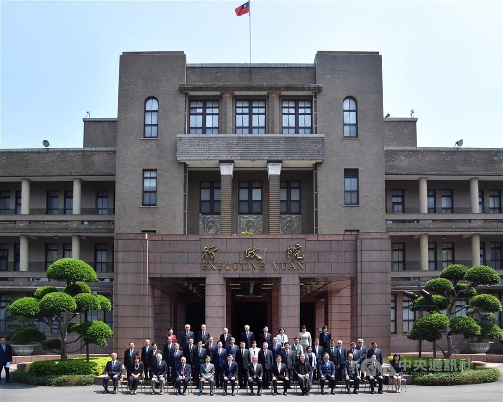 行政院長蘇貞昌(前排中)14日在行政院會率內閣總辭,並在院會後與所有內閣成員在行政院大門口拍攝「畢業照」。中央社記者王飛華攝 109年5月14日