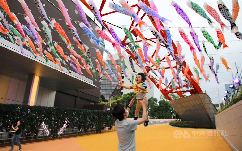 日本放送協會報導,日本東京都政府相關人士表示,15日單日疫情新增9例,是從3月22日以來再度出現個位數。圖為日本民眾帶孩子出門遊玩。中央社記者楊明珠東京攝 109年5月5日
