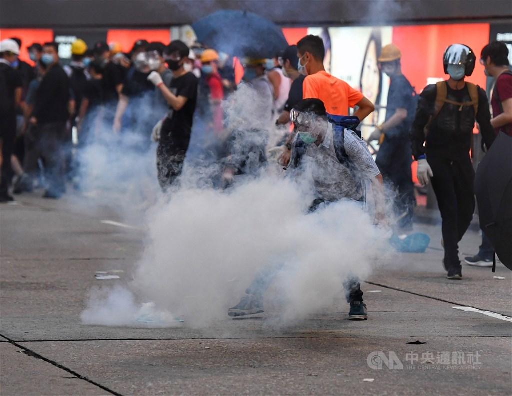 香港一名「反送中」運動示威者早前在法院承認參與暴動罪,15日被判囚4年。圖為2019年6月12日香港警方朝立法會外反送中抗議群眾發射催淚彈。(中央社檔案照片)