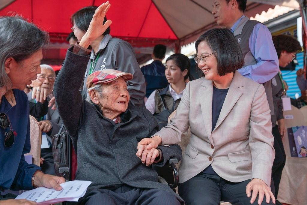 總統蔡英文(前右)16日晚間在臉書發文說,「台灣文學之母」鍾肇政(前左2)過世不僅是台灣文壇的損失,她更失去一位視她如己出的長輩。(圖取自facebook.com/tsaiingwen)