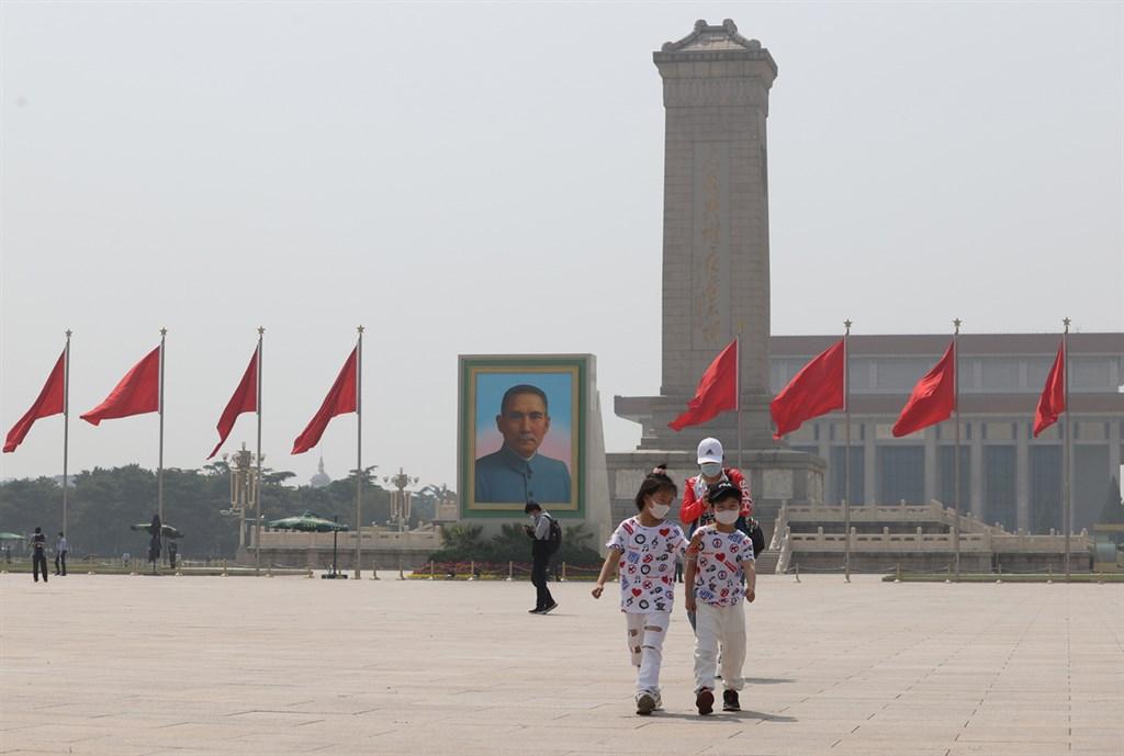 美國媒體取得中國人民解放軍國防科技大學外流的新資料,內容顯示中國的武漢肺炎病例可能多達64萬例。圖為「五一」長假期間,天安門廣場按慣例陳列孫中山先生的大型肖像畫作。(中新社提供)