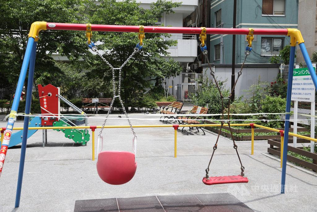 武漢肺炎疫情漸平緩,日本政府5月14日宣布全國47都道府縣當中有39縣解除「緊急事態宣言」,東京、大阪等8都道府縣仍維持緊急事態。目前東京多處公園孩童遊玩的設施禁用。中央社記者楊明珠東京攝 109年5月16日