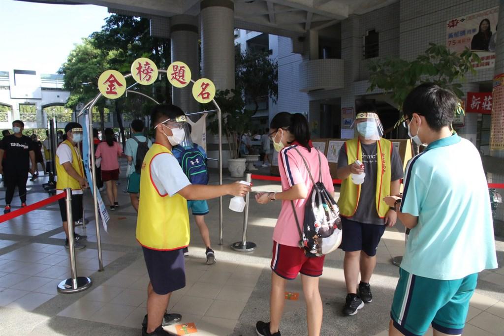 109年國中教育會考16日舉行,21萬名考生上陣,受疫情影響,考生入場都須進行手部消毒。(教育部提供)中央社記者陳至中台北傳真 109年5月16日