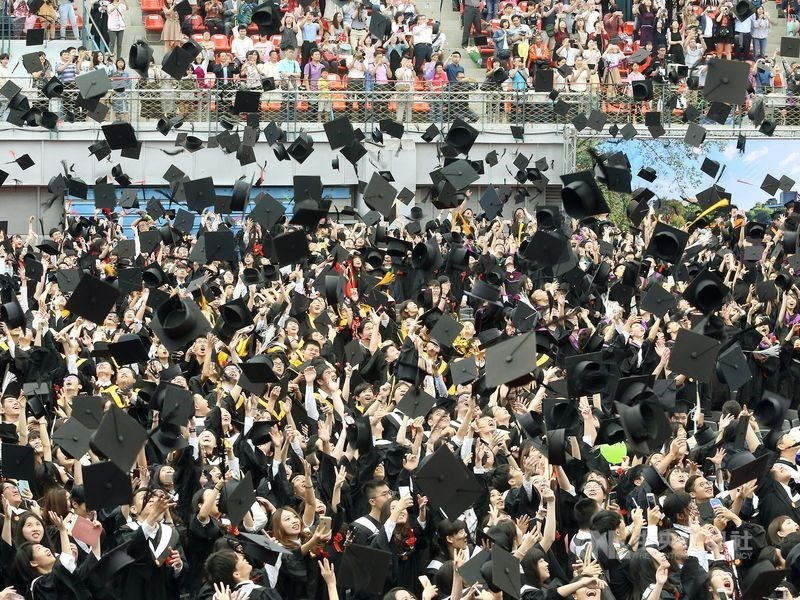畢業季來臨,學生關心畢業旅行、畢業典禮能否如期舉辦。中央流行疫情指揮中心指揮官陳時中16日說,不建議停辦。圖為2019年台大畢業典禮。(中央社檔案照片)