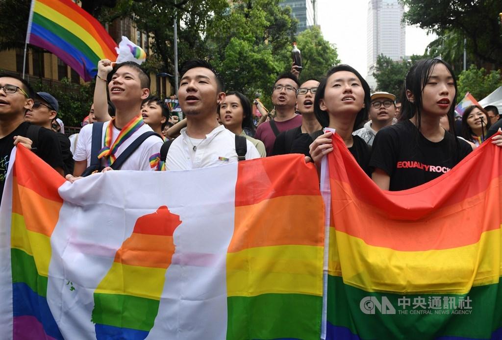 2019年台灣成為亞洲首個同性婚姻法制化國家的瞬間,立法院外挺同團體齊聲歡呼「婚姻平權、亞洲第一」,現場民眾都難掩開心神色。(中央社檔案照片)