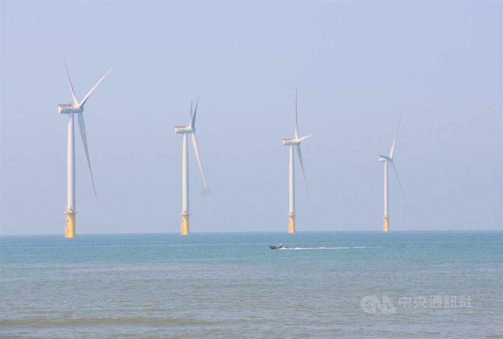 總統蔡英文竭力推行能源轉型,在增氣減煤方向不變,進入非核家園情況下,離岸風電基礎建設進度以及如何穩定供電來源,將會是一大挑戰。(中央社檔案照片)