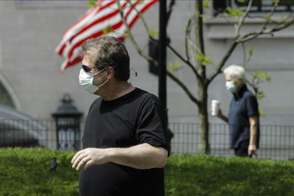 截至台灣時間17日凌晨3時,全球至少有30萬9296人死於武漢肺炎。圖為民眾戴口罩在紐約中央公園散步。(美聯社)