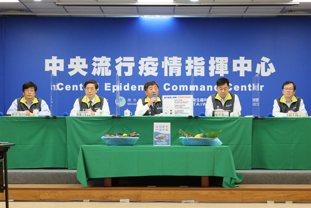 中央流行疫情指揮中心宣布,台灣17日無新增武漢肺炎確定病例,連續10天零確診,現場放10條龍虎石斑。(中央流行疫情指揮中心提供)中央社
