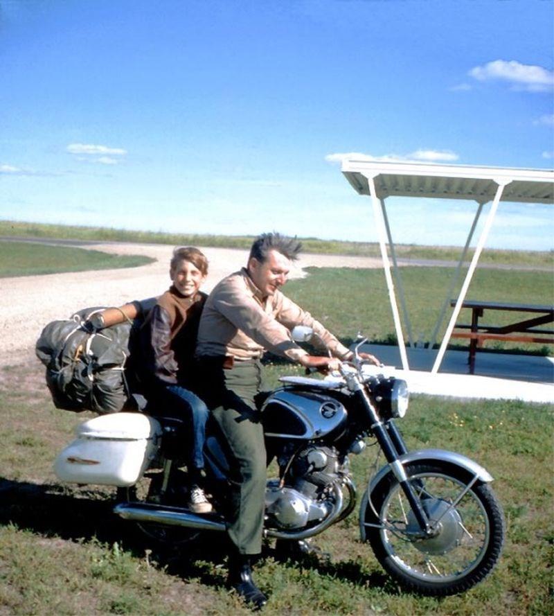 「禪與摩托車維修的藝術」的作者羅伯.波西格(右)早慧過人,卻因求智與憂鬱症的煎熬而精神崩潰,住院數年,被施以28次電痙攣療法。出院之後,他帶著兒子展開為期17天、橫跨美國的摩托車之旅。(圖取自web.archive.org)