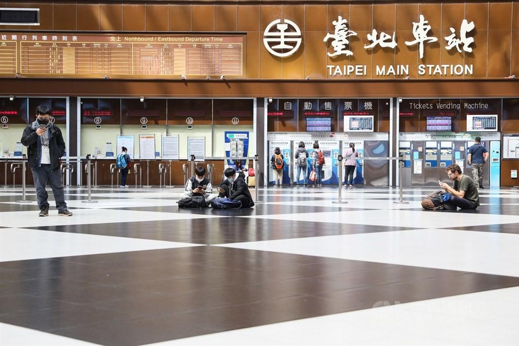 台鐵台北車站配合防疫,2月底開始禁止民眾席地而坐及群聚,同時停止租借舉辦活動。(中央社檔案照片)
