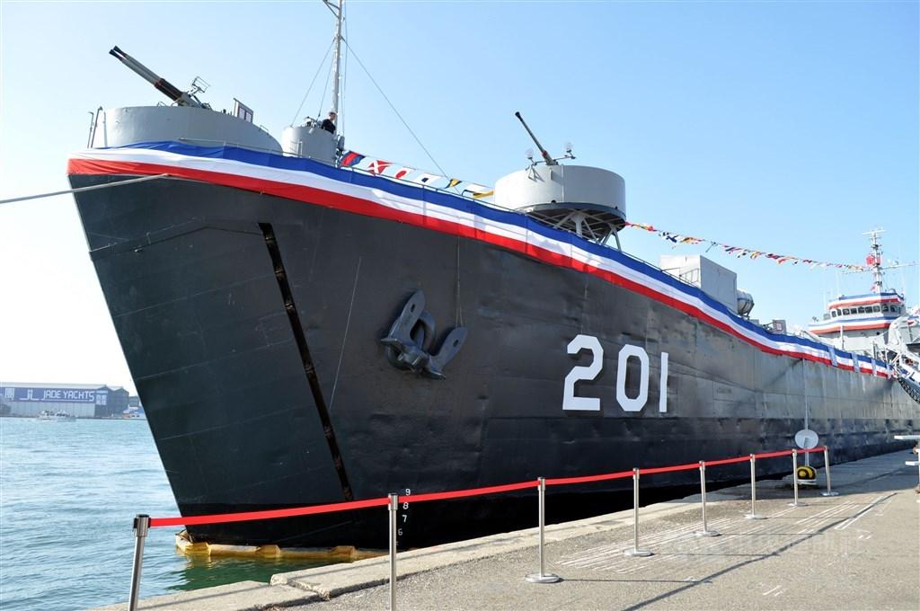 歷經八二三砲戰的海軍功勳艦「中海艦」14日遭以廢鐵標售,引發關注。圖為2010年2月1日中海艦在高雄除役。(中央社檔案照片)