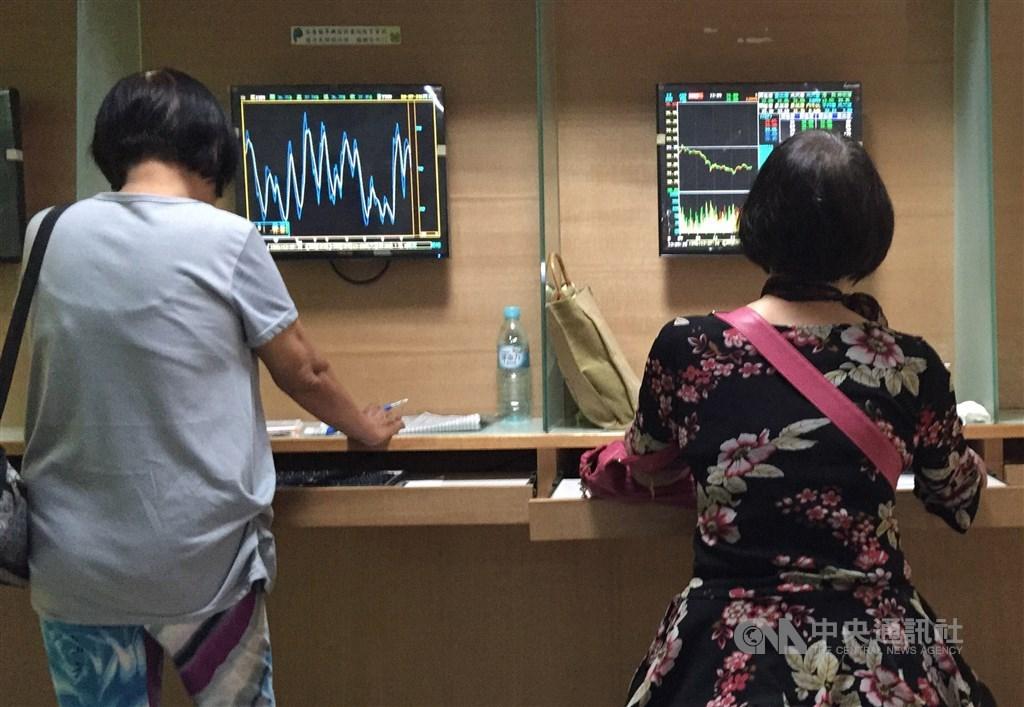 法人表示,台股指數在年線及半年線上檔壓力待化解,波段支撐可觀察月線,短線恐受國際局勢干擾,波動幅度加劇。(中央社檔案照片)