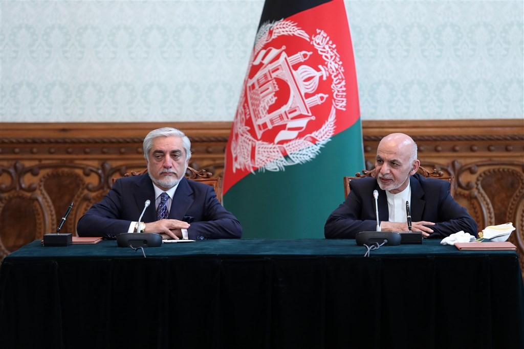 阿富汗總統甘尼(右)及政治對手阿布杜拉(左)17日簽署權力共享協議,終結導致國家落入政治危機的長達數月嚴重紛爭。(圖取自twitter.com/SediqSediqqi)
