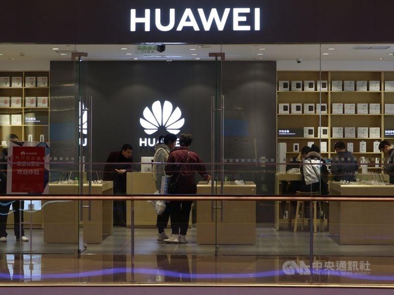 日本經濟新聞18日報導,台積電已停止來自接受華為新訂單,華為5G手機研發等將產生影響。圖為上海陸家嘴中心的華為門市。(中央社檔案照片)