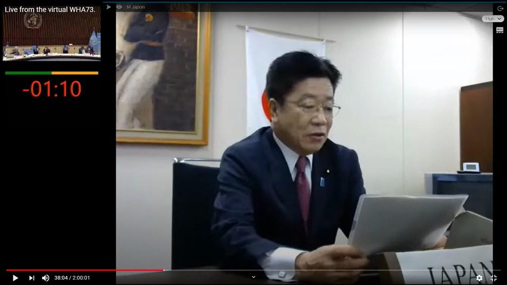 日本厚生勞動大臣加藤勝信(圖)在WHA視訊會議發表演說時指出,台灣防疫有成可供參考,防疫不該有地理上的空白。(圖取自World Health Organization (WHO) YouTube網頁youtube.com)