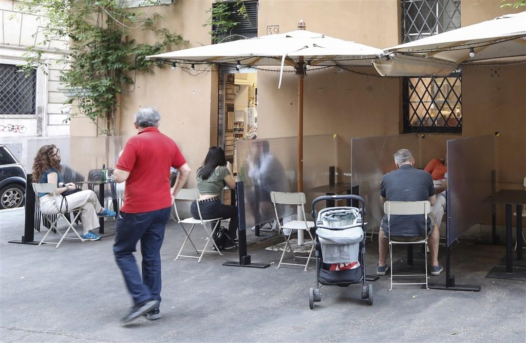 義大利18日新增99起武漢肺炎死亡病例,是3月初以來單日死亡病例首次減到百起之下。圖為18日的羅馬街頭,一間咖啡店以隔板採取防疫措施。(安納杜魯新聞社提供)