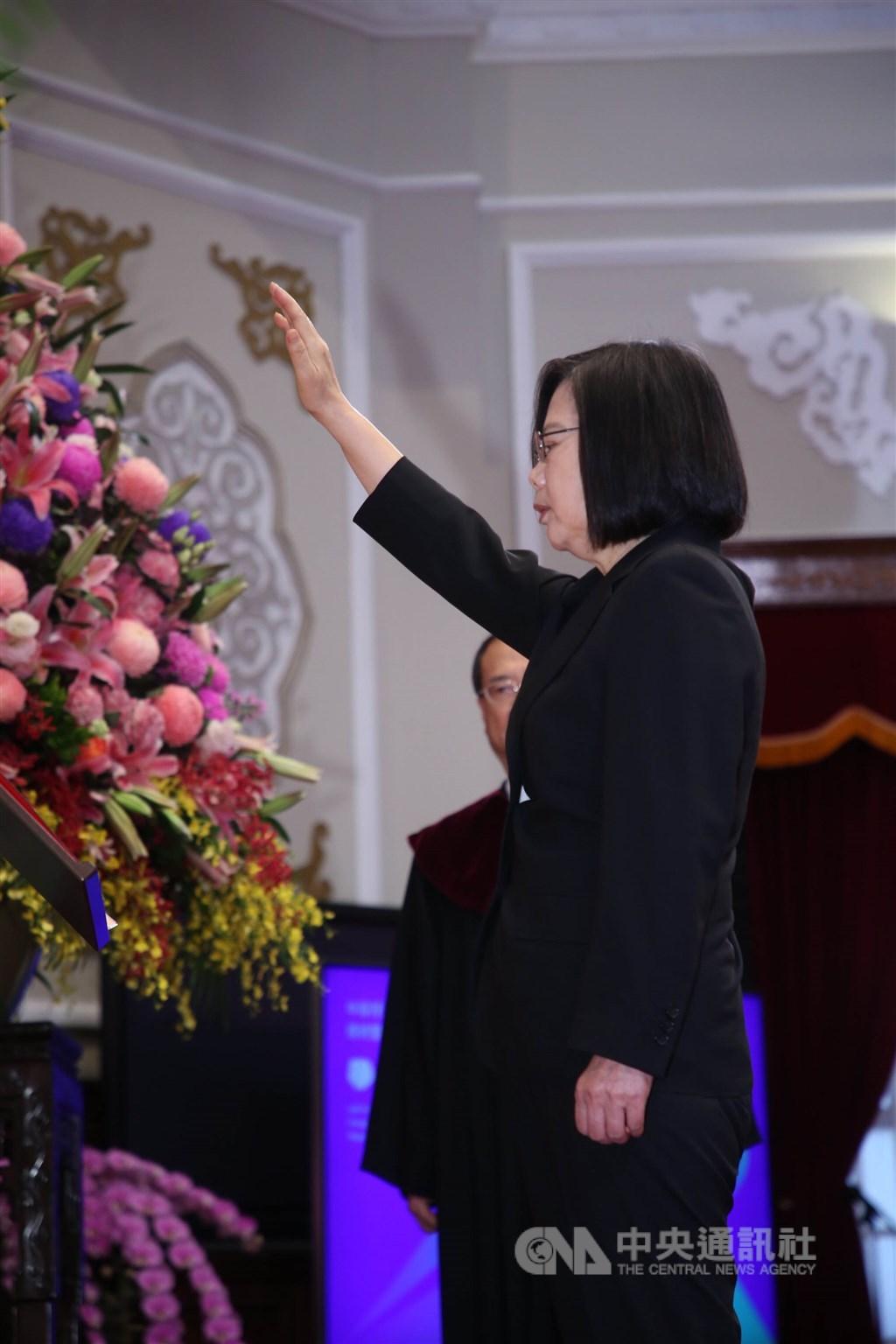 第15任總統、副總統宣誓就職典禮20日上午9時在總統府大禮堂舉行,新任總統蔡英文(前)在大法官許宗力監誓下宣誓就職。中央社記者鄭傑文攝 109年5月20日