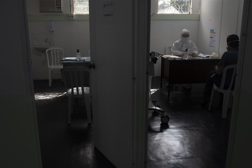 巴西疫情惡化,衛生部20日通報新增888起死亡病例,單日新增近2萬起確診病例,恐將成為全球病例數第2高的國家。圖為里約熱內盧民眾赴醫院看診。(安納杜魯新聞社提供)