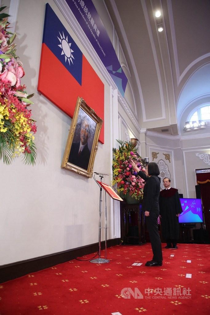 第15任總統、副總統宣誓就職典禮20日上午9時在總統府大禮堂舉行,在大法官許宗力(後)監誓下,總統蔡英文(前)高舉右手宣誓。中央社記者鄭傑文攝 109年5月20日