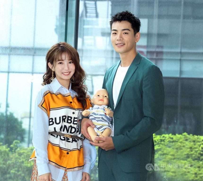 藝人郭書瑤(左)與禾浩辰(右)在全新華劇「未來媽媽」中飾演一對新婚夫妻。(三立電視提供)中央社記者葉冠吟傳真 109年5月20日