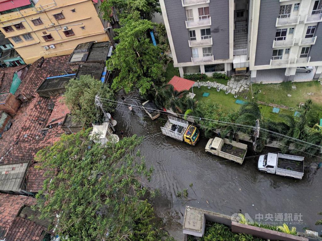 強烈熱帶氣旋安芬20日登陸印度東岸,對加爾各答等城市帶來破壞,且豪雨導致許多地方淹水,到21日積水未退,人們涉水而過。(加爾各答台商艾瑞克提供)中央社記者康世人新德里傳真 109年5月21日