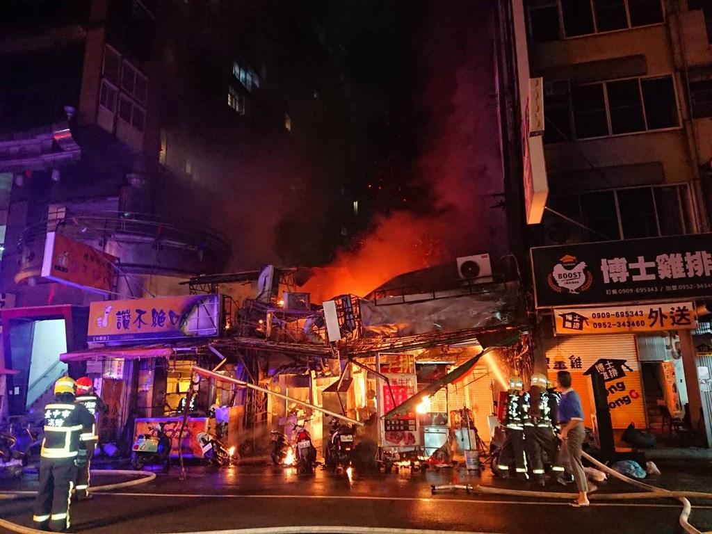 台中市中華夜市21日凌晨發生火警,消防局接獲通報,趕抵現場搶救。(民眾提供)中央社記者趙麗妍傳真 109年5月21日