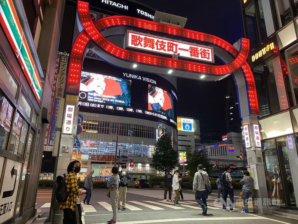 台灣武漢肺炎疫情趨緩,不過全球至今已超過500萬人感染,多數台灣民眾經常外遊的國家至今仍嚴格執行防疫措施,全面管制外籍人士入境。圖為東京新宿歌舞伎町。(中央社檔案照片)