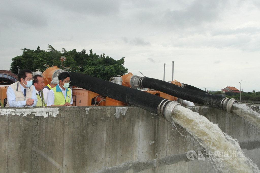 台南市長黃偉哲(左)21日上午前往曾經多次嚴重淹水的埤頭里永安宮,視察周邊防汛整備情形,確認沿岸抽水機設置與運作,並聽取地方民眾的意見。中央社記者楊思瑞攝  109年5月21日