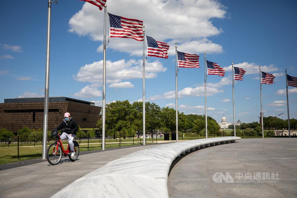 2019冠狀病毒疾病(COVID-19)為美國帶來巨大經濟、人命損失,國會議員爭相提出法案,要讓中國為隱匿疫情一事付出代價。圖為民眾配戴口罩,在華府知名地標華盛頓紀念碑周圍騎乘腳踏車。中央社記者徐薇婷華盛頓攝 109年5月21日