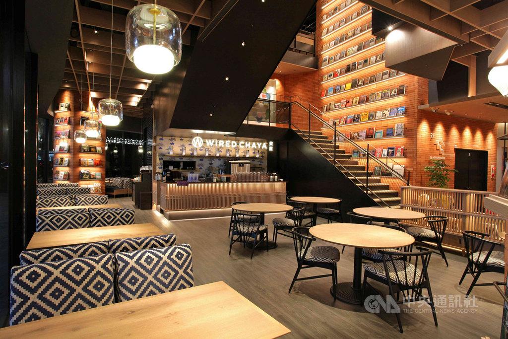 全球最美20家書店之一的日本蔦屋書店(TSUTAYA BOOKSTORE)高雄大立店21日開幕,打造340坪融合港都氛圍的質感書店。(業者提供)中央社記者陳朝福傳真 109年5月21日