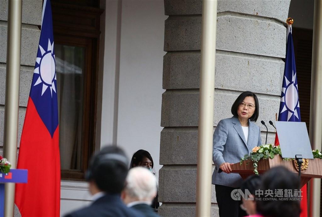 華爾街日報報導,總統蔡英文展開第二任期,延續加強台灣抵抗中國脅迫能力的路線。圖為蔡總統(右)20日在台北賓館發表就職演說。中央社記者謝佳璋攝 109年5月20日