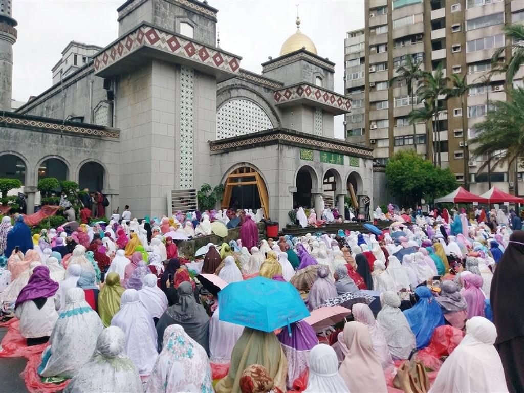 24日為伊斯蘭教的開齋節,但受疫情影響,台北清真寺已決定取消禮拜儀式。圖為2018年6月15日穆斯林齊聚台北清真寺參加開齋節會禮。(檔案照片/台北市觀光傳播局提供)
