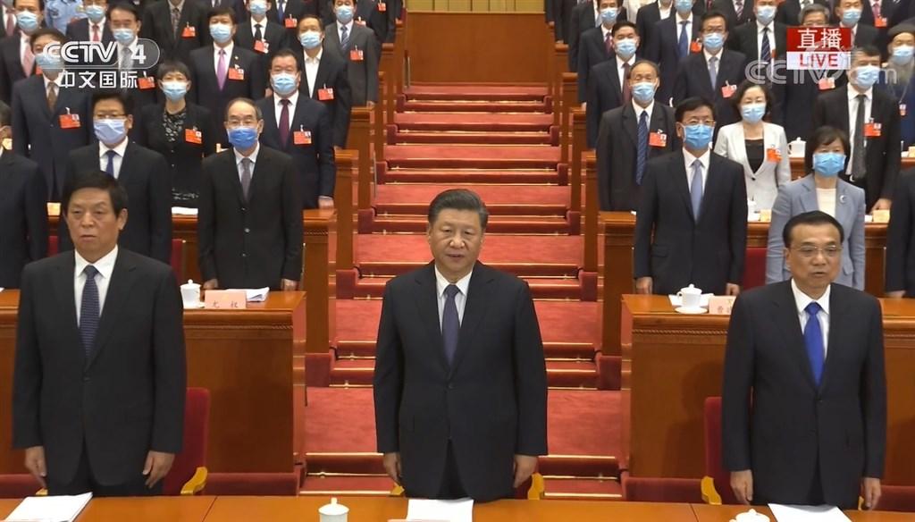 中國全國政協13屆三次會議21日下午開幕,中共總書記習近平(中)和國家領導人都未戴上口罩。(圖取自facebook.com/CCTV.CH)