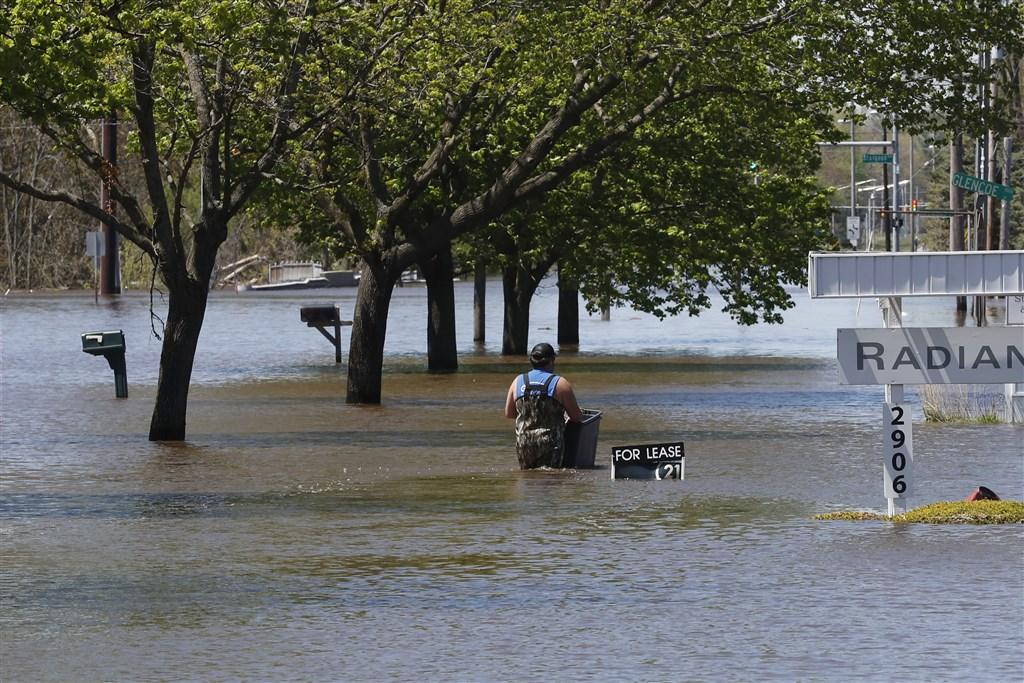 美國密西根州20日兩座水壩潰決,淹沒密州中部城鎮米德蘭部分地區,上萬居民撤離。(美聯社)