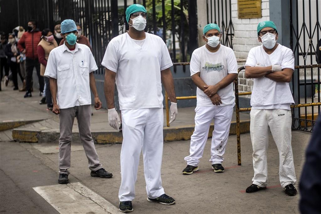 秘魯衛生部20日表示,秘魯成為繼巴西後第2個武漢肺炎確診病例突破10萬的南美洲國家。當地醫療系統已瀕臨崩潰。圖為醫護人員上街抗議缺乏安全設備。(法新社提供)