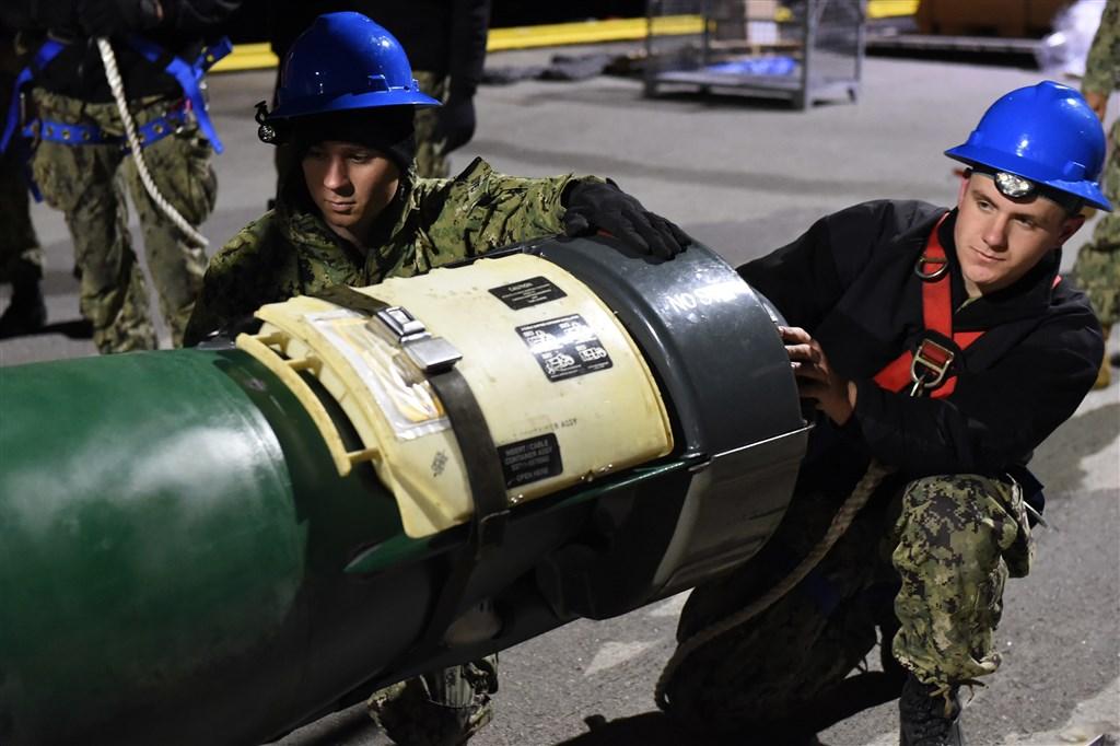 美國國務院20日宣布批准對台軍事銷售,將出售18枚MK-48 AT重型魚雷與相關設備。圖為一款MK-48型魚雷。(圖取自美國海軍網頁www.navy.mil)