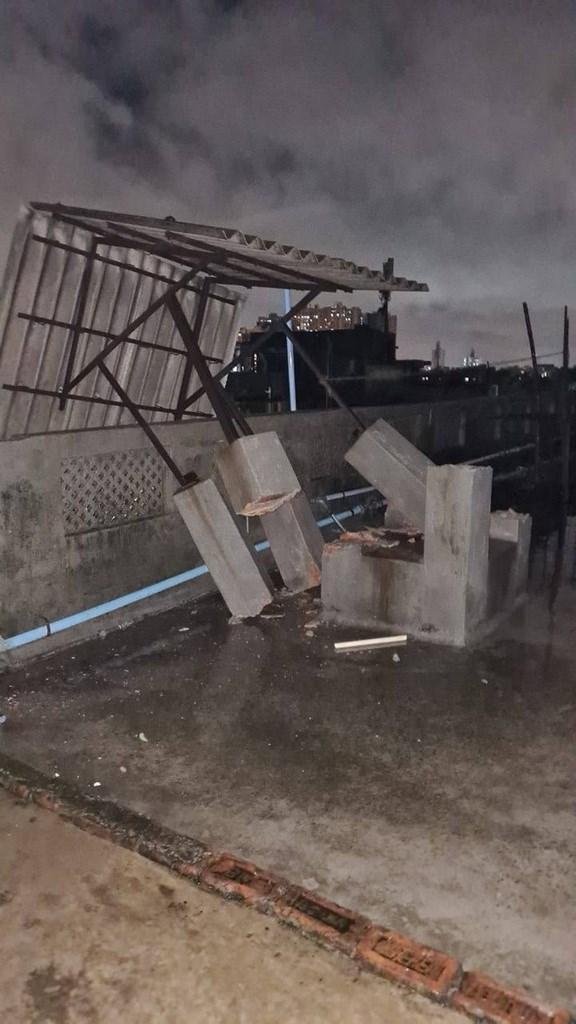強烈熱帶氣旋安芬20日登陸印度東岸,重創加爾各答等城市。圖為強風把在樓頂搭建的小棚架水泥柱吹折。(加爾各答台商艾瑞克提供)中央社記者康世人新德里傳真 109年5月21日
