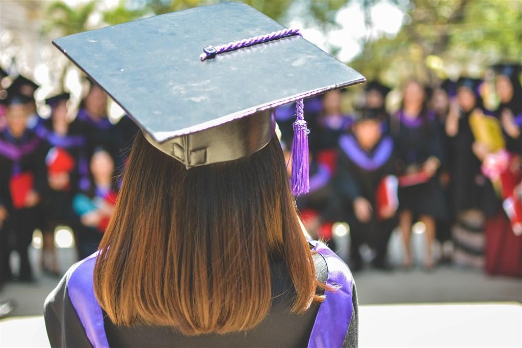 教育部21日發函各大專校院,告知畢業典禮等大型活動,如能遵守實名制、保持社交距離等規範,可不受人數限制。(示意圖/圖取自Pixabay圖庫)