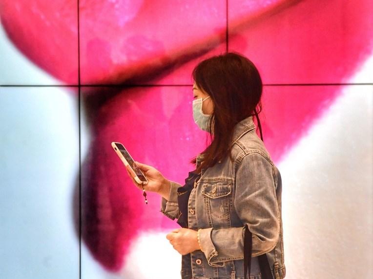 蘋果公司21日推出iOS 13.5作業系統更新,當用戶配戴口罩時,可在配備Face ID的裝置上簡化解鎖程序,只要從鎖定畫面的底部往上滑動,就會自動顯示密碼欄位。(中央社檔案照片)