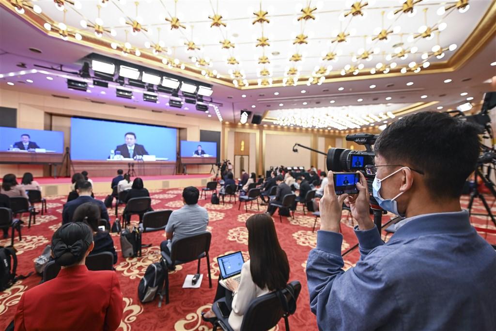 中國全國人大即將推出「港版國安法」,有分析憂慮,這將會導致香港出現混亂局面及動盪不安。圖為中國政協13屆三次會議新聞發布會現場。(中新社提供)