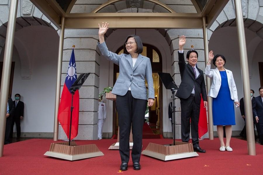 總統蔡英文(左)和副總統賴清德(右)20日宣誓就職。蔡總統在就職演說中感謝台灣人民信任政府,成就台灣防疫成功。下一個四年,她會超前部署,讓台灣脫胎換骨。(圖取自Flickr網頁;作者總統府,CC BY-SA 2.0)